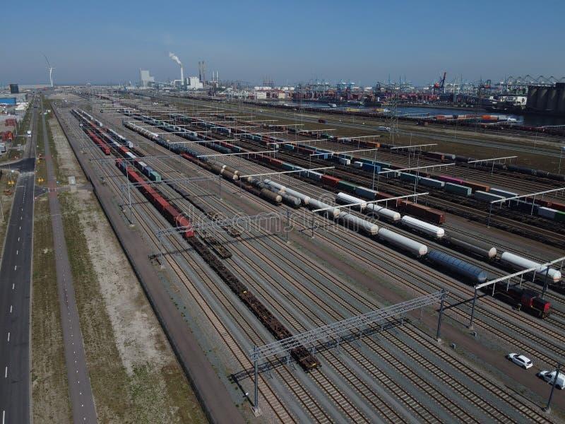 桥式起重机装载集装箱的铁路集装箱码头鸟瞰图 免版税库存照片