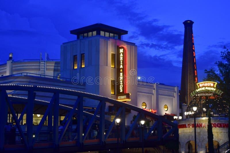 桥梁、意大利餐厅和爱迪生的塔在天空蔚蓝日落在迪斯尼春天,布埃纳文图拉湖 库存照片