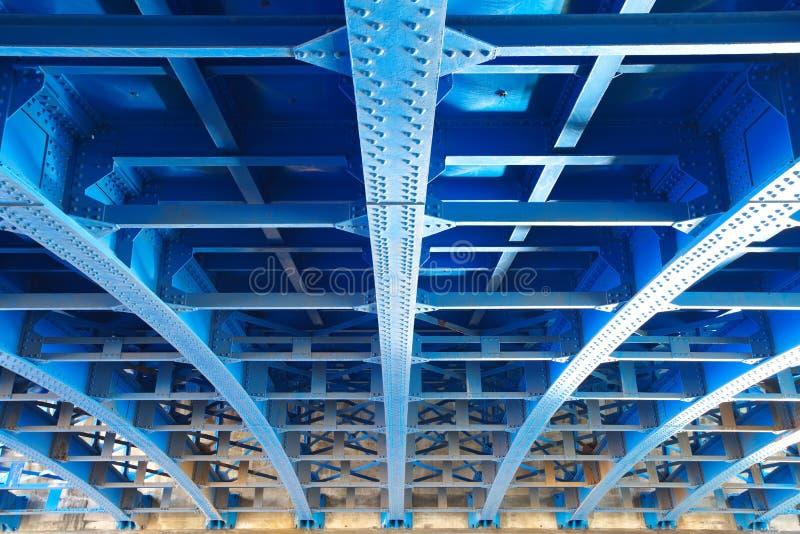 从桥梁下面的钢建筑 免版税图库摄影