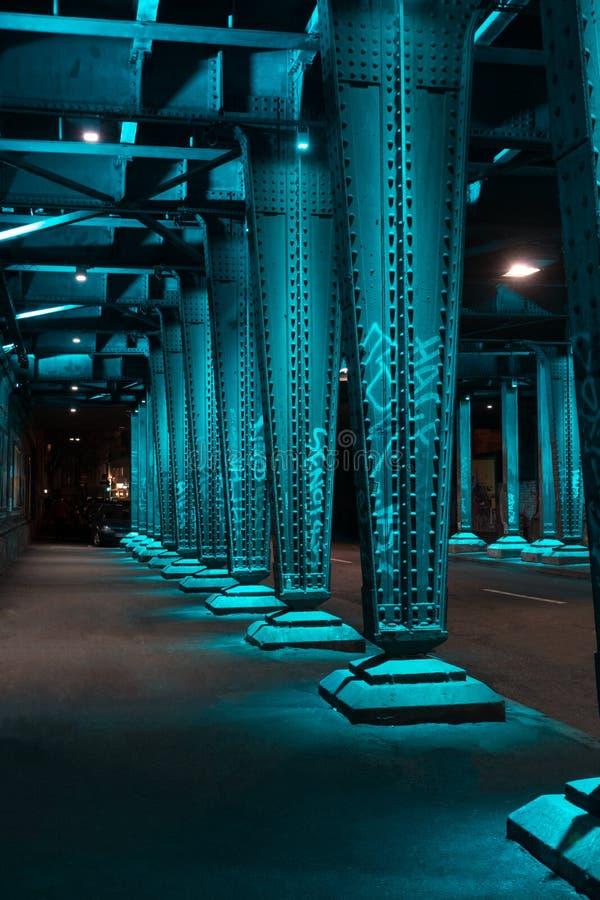 从桥梁下面的钢建筑 免版税库存照片