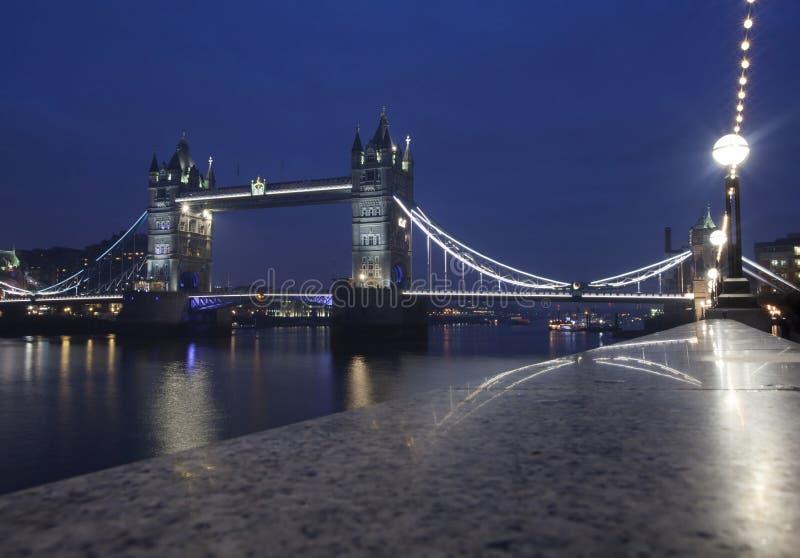 桥梁伦敦晚上塔英国 库存照片