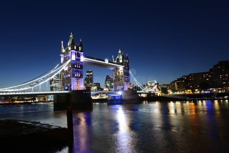 桥梁伦敦晚上塔 免版税库存照片