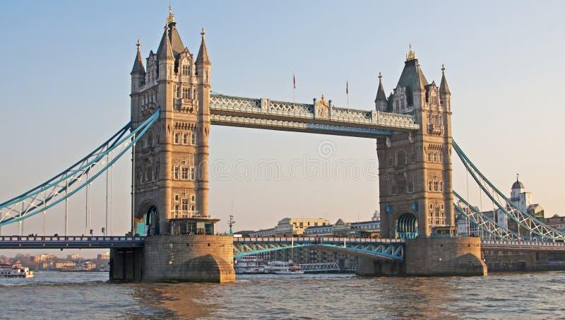 桥梁傍晚灯塔 库存照片