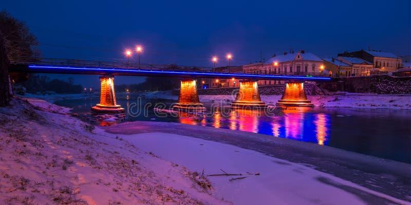 桥梁全景通过河Uzh在晚上 免版税库存照片