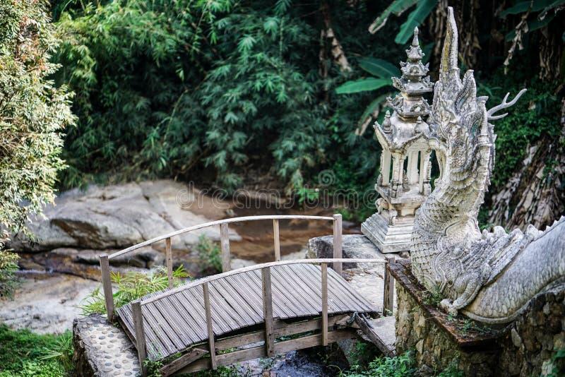 桥梁到导致人行桥o的纳卡人或龙台阶 免版税库存照片