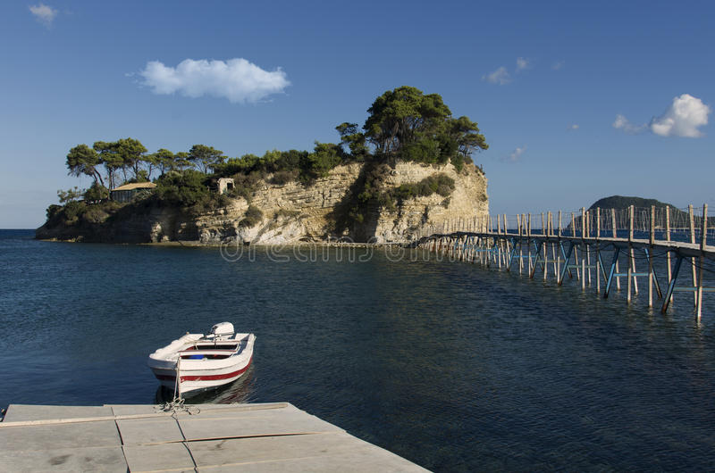 桥梁到扎金索斯州的希腊有浮雕的贝壳海岛 免版税图库摄影