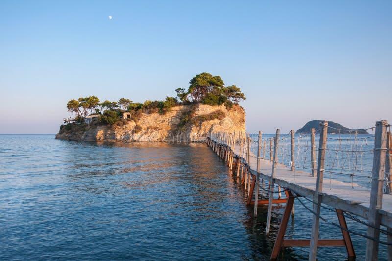 桥梁到日落的有浮雕的贝壳海岛,扎金索斯州,希腊 免版税库存图片
