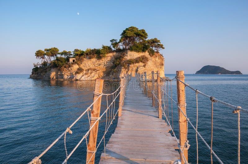 桥梁到日落的有浮雕的贝壳海岛,扎金索斯州,希腊 图库摄影