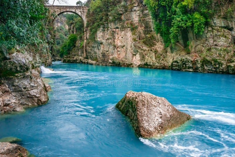桥梁叫作'Bugrum或Oluk'桥梁 Koprucay从Koprulu峡谷国立公园的河风景在安塔利亚,土耳其 库存图片