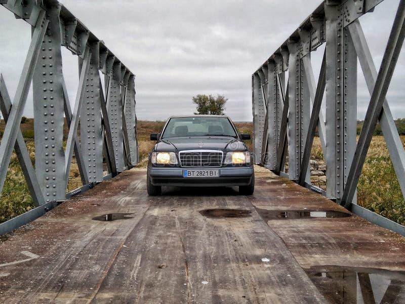 桥梁和奔驰车 库存图片
