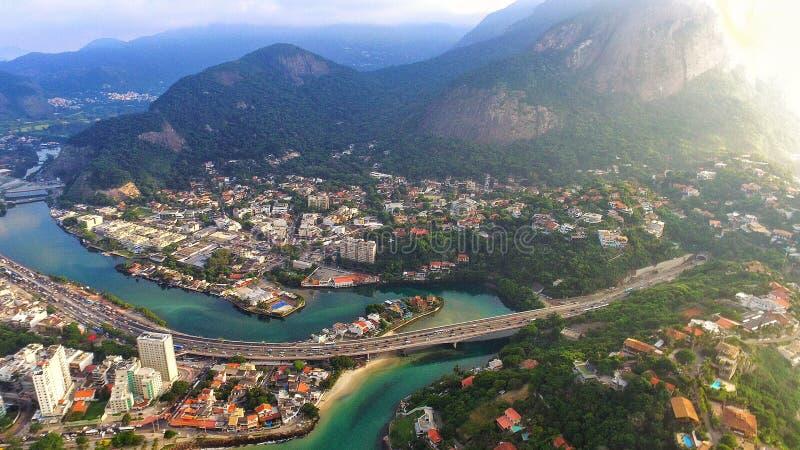 桥梁和山,干净的河用绿色水 库存照片
