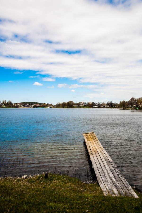 桥梁和湖 免版税库存照片