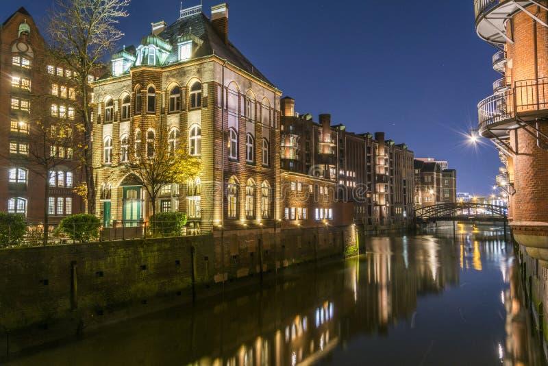 桥梁和砖瓦房的看法在汉堡,夜illu 库存图片