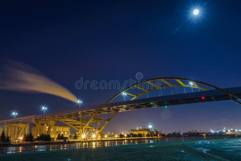 桥梁在密歇根湖在密尔沃基,威斯康辛 库存图片