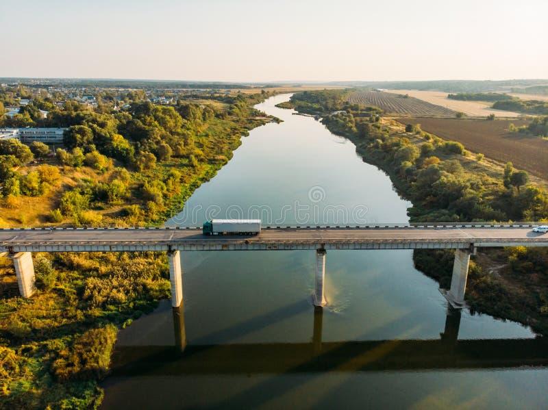 桥梁在沃罗涅日,从看法上的秋天风景鸟瞰图在顿河的与高速公路路和汽车运输 免版税图库摄影