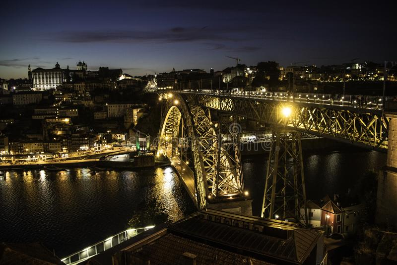 桥梁在波尔图和加亚新城在晚上 库存图片