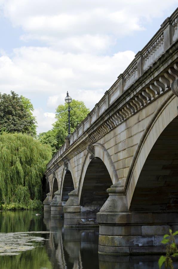 桥梁在肯辛顿庭院里 库存图片