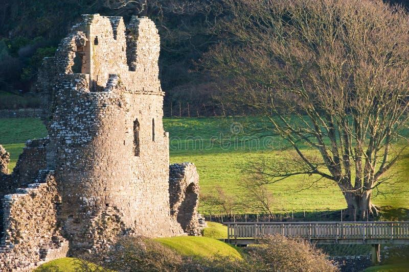 桥梁城堡点燃了老废墟日落 免版税库存照片