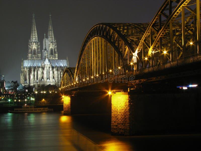 桥梁大教堂colgne晚上莱茵河 图库摄影