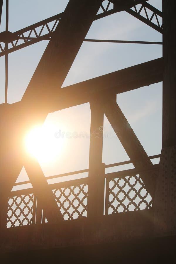 桥梁工业剪影有太阳光芒的 免版税库存图片