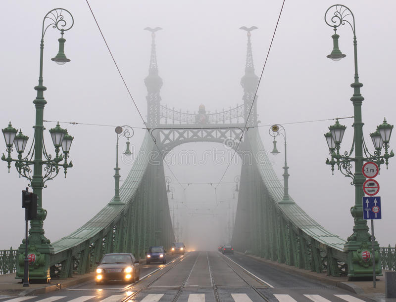 桥梁布达佩斯薄雾冬天 免版税库存照片