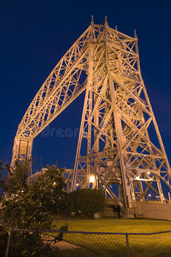 桥梁德卢斯推力明尼苏达晚上 免版税库存照片