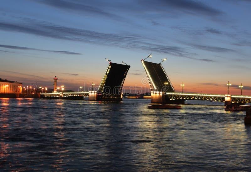 桥梁晚上宫殿彼得斯堡st视图 库存照片