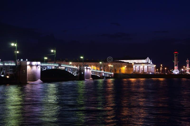 桥梁晚上宫殿 免版税图库摄影