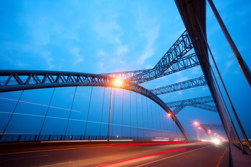 桥梁晚上 库存照片