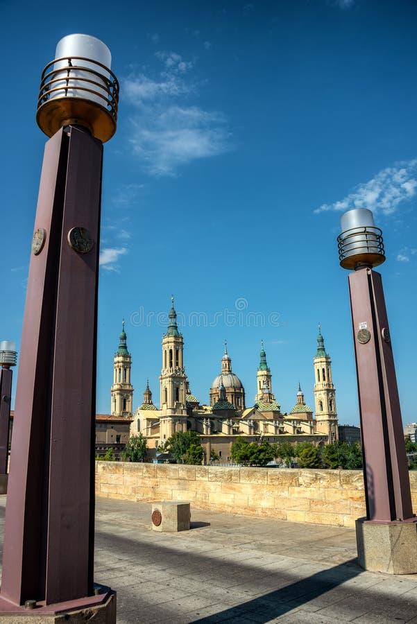 桥梁普恩特de彼德拉和Basilica del Pilar在萨瓦格萨 免版税库存照片