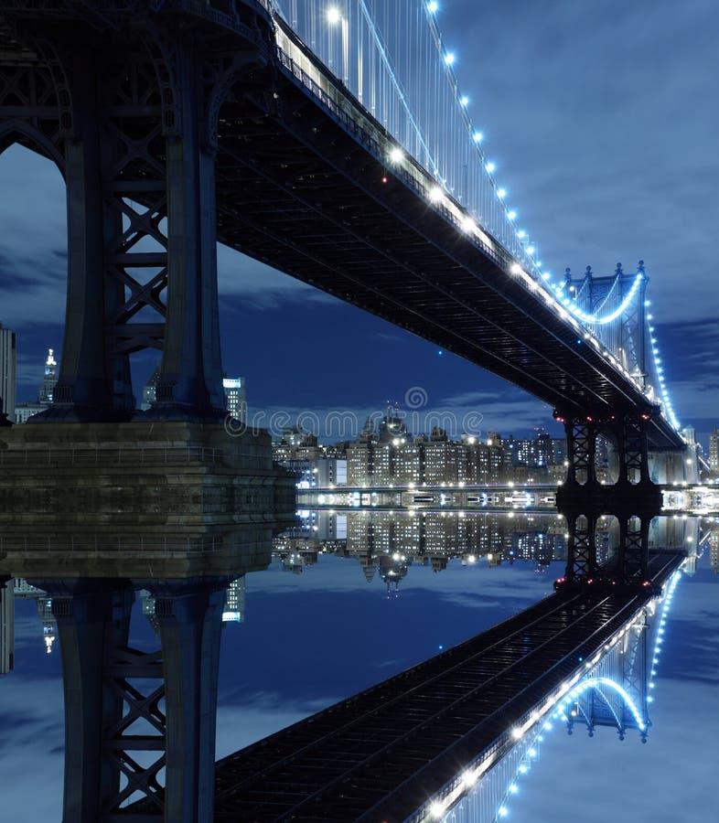 桥梁曼哈顿晚上 库存图片