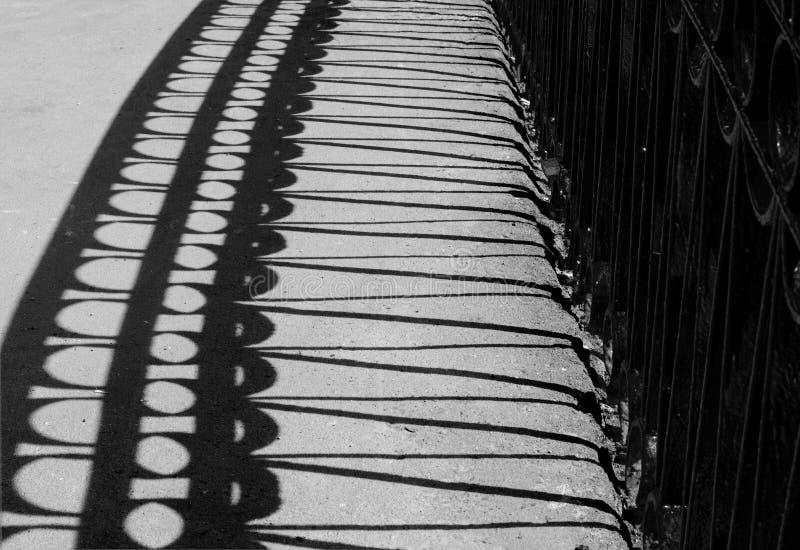 桥梁栏杆的阴影 免版税库存图片