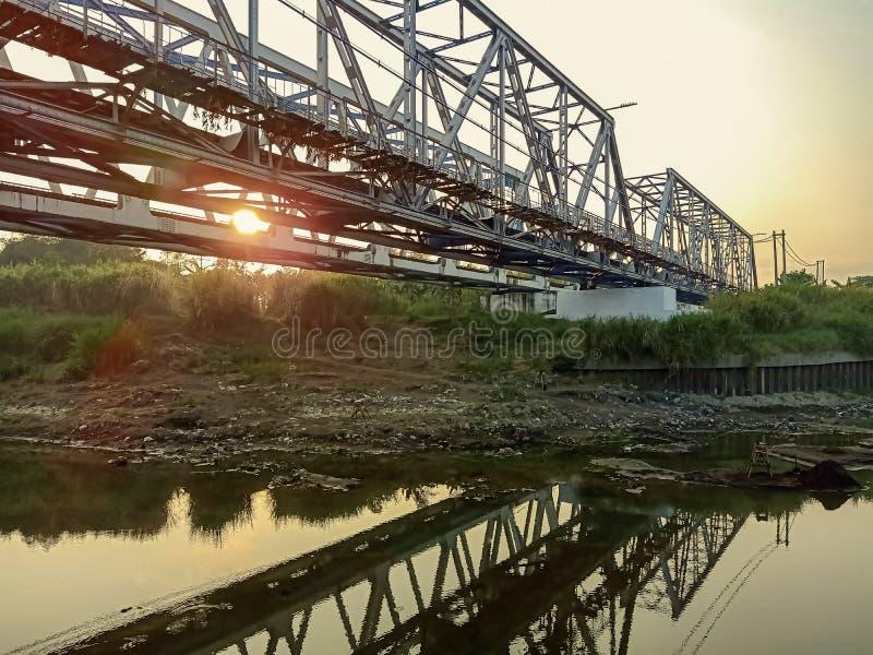 桥梁横渡的火车 库存图片