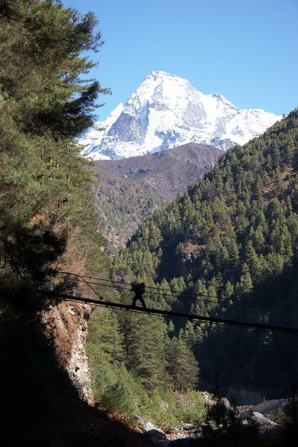 桥梁横穿喜马拉雅山尼泊尔搬运程序&# 图库摄影