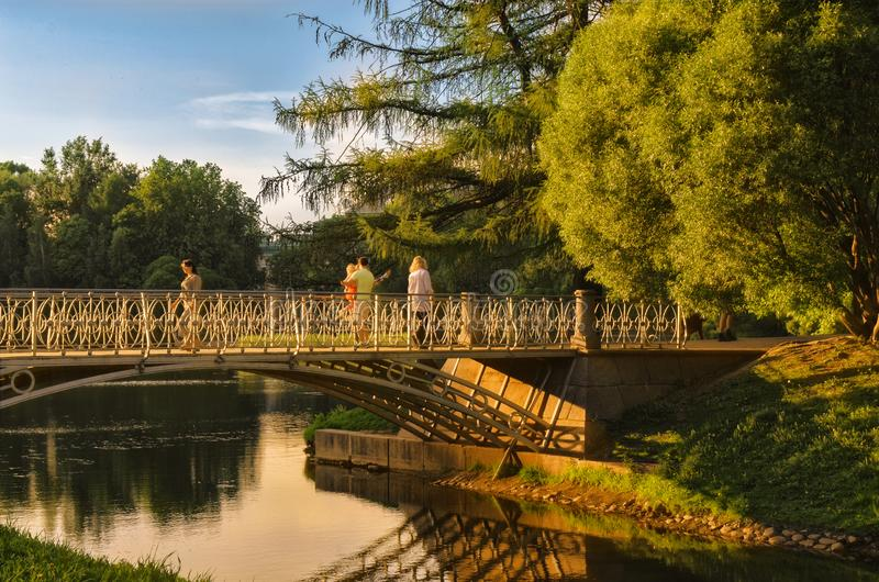 桥梁点燃了与日落射线在Tavrichesky庭院里 免版税库存照片