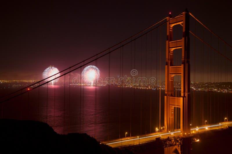 桥梁烟花给金黄装门 库存照片