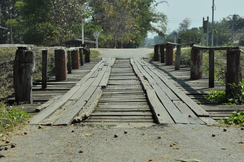 桥梁由木十字架做河 免版税库存照片