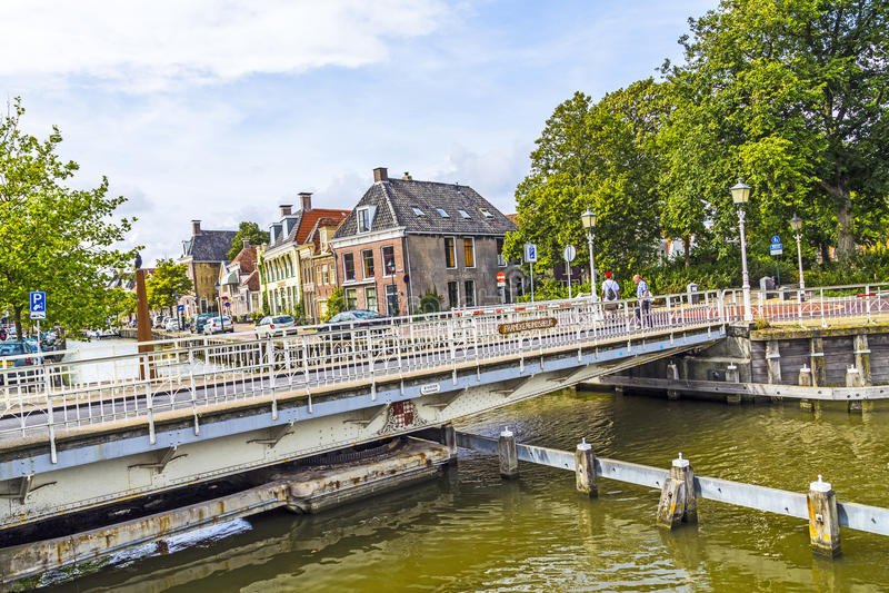 桥梁的人们在Harlingen,荷兰 库存图片