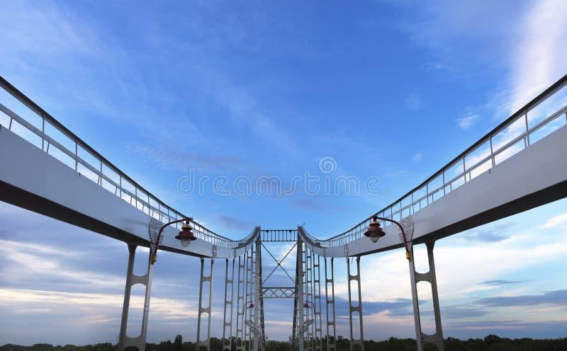 桥梁的对称曲拱被指挥对天空 免版税库存图片