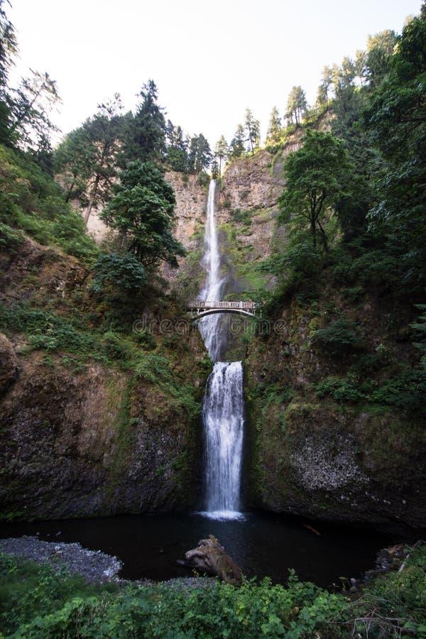 桥梁的接近的看法在马特诺玛瀑布的在俄勒冈哥伦比亚河峡谷 白天长的曝光 免版税图库摄影