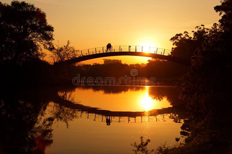 桥梁的浪漫日落恋人 库存照片