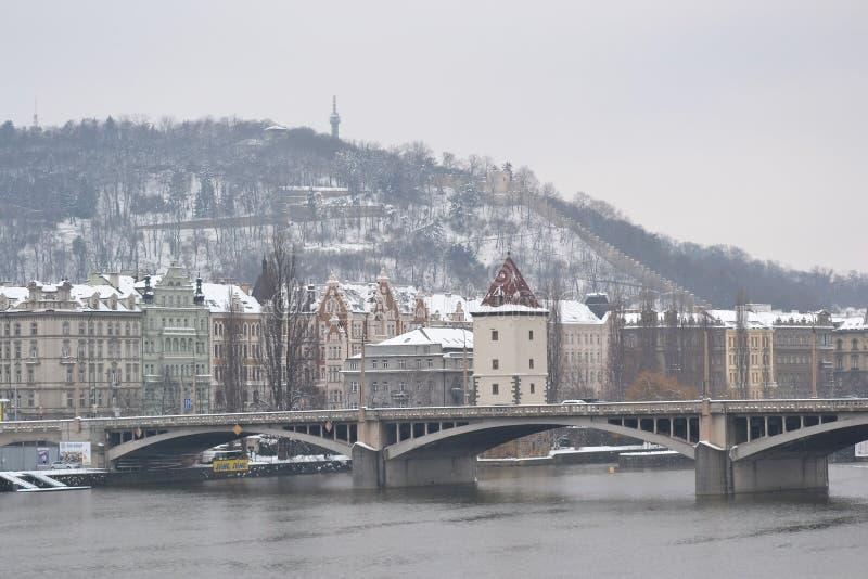 桥梁的看法在伏尔塔瓦河河的在布拉格 库存照片