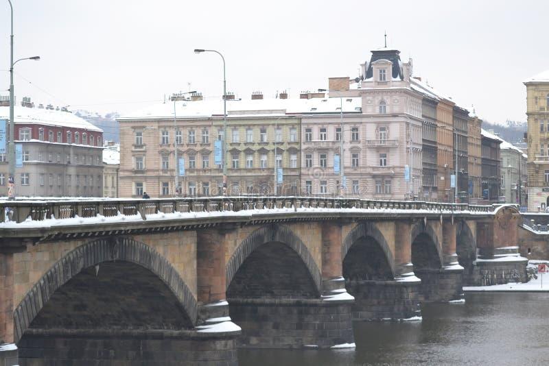 桥梁的看法在伏尔塔瓦河河的在布拉格 免版税库存图片