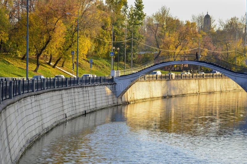 ?? 桥梁的看法在有人的河的在城市 免版税库存照片