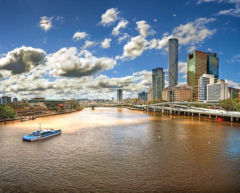 从桥梁的看法在河布里斯班(澳大利亚,布里斯班)有城市的摩天大楼的看法 免版税图库摄影