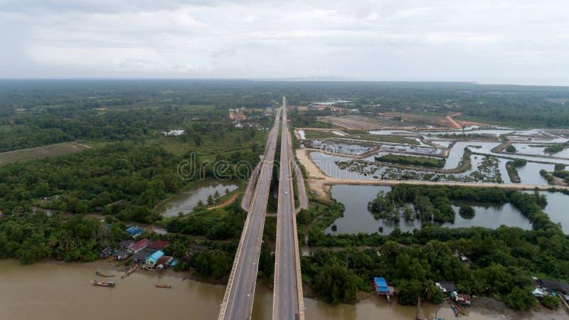 桥梁的空中寄生虫照片在素叻他尼泰国 图库摄影