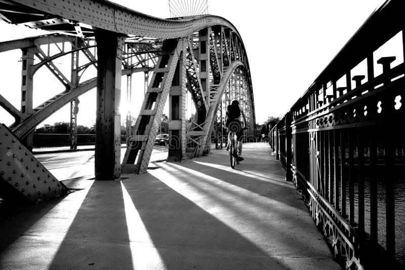 桥梁的骑自行车者下午 库存照片