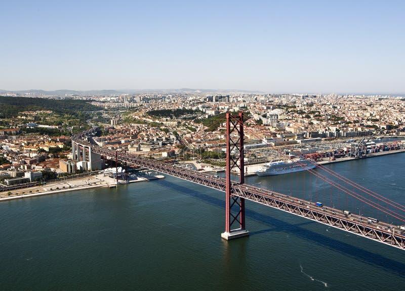桥梁的鸟瞰图在河Tejo,里斯本的 免版税图库摄影