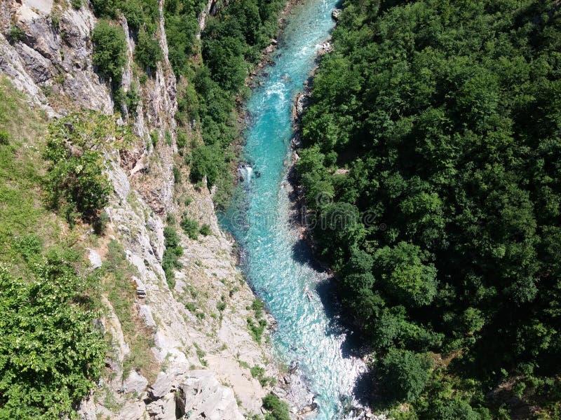 从桥梁的黑山视图在河 免版税图库摄影