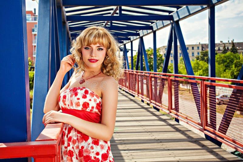 桥梁的年轻美丽的女孩 免版税库存图片
